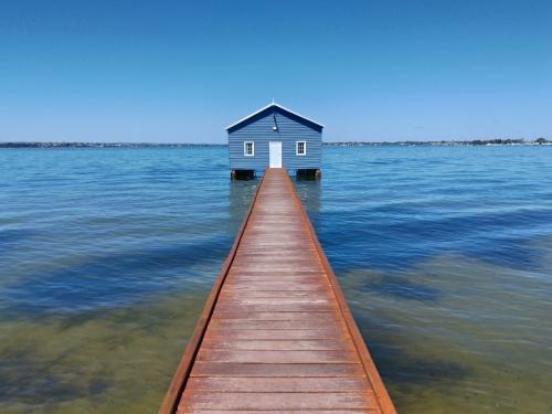パース スワンリバーの青いボートハウス Blue Boat House Swan RIver Perth